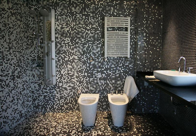 Baño Familiar Publico:Mosaico veneciano en la decoración de toilettes y baños