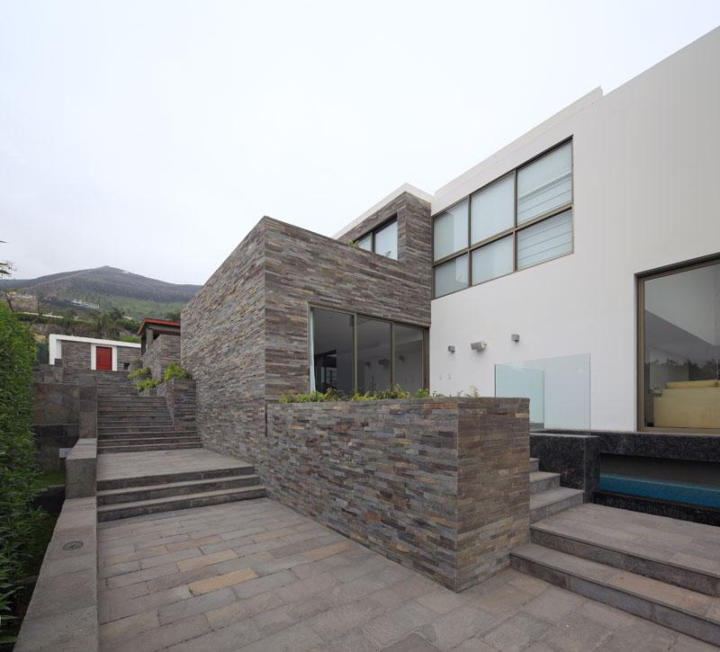 Casa en la loma metropolis oficina de arquitectura for Fachadas de casas modernas en lima