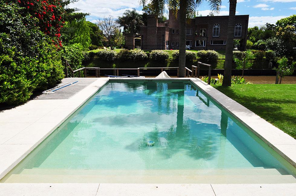 Revestimiento para piscinas agua de piedra arquimaster for Fotos de patios con piletas