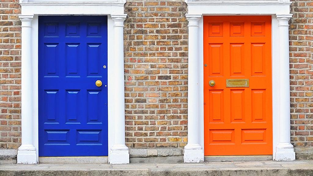 Como aplicar pintura y color a las puertas arquimaster - Colores de puertas de madera ...