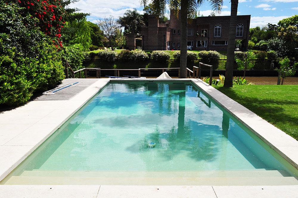 Revestimientos agua de piedra y microsolarium de tierras for Revestimiento piscinas